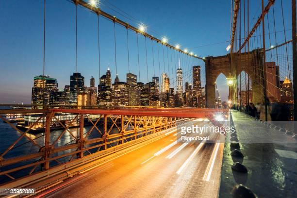 ponte di brooklyn a new york durante la notte - luogo d'interesse internazionale foto e immagini stock