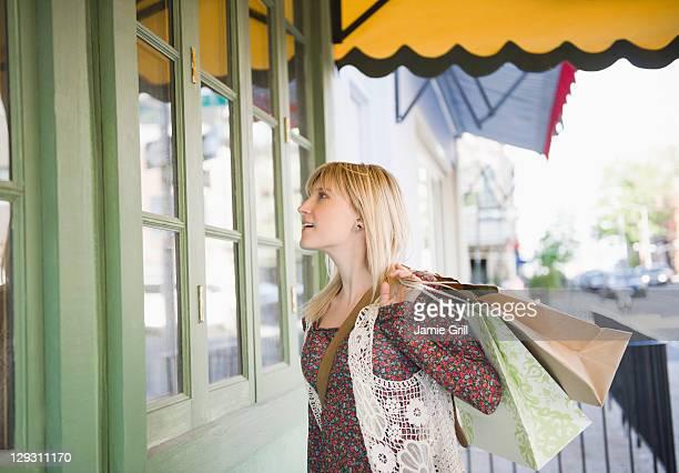 usa, brooklyn, williamsburg, woman with shopping bags - williamsburg brooklyn fotografías e imágenes de stock