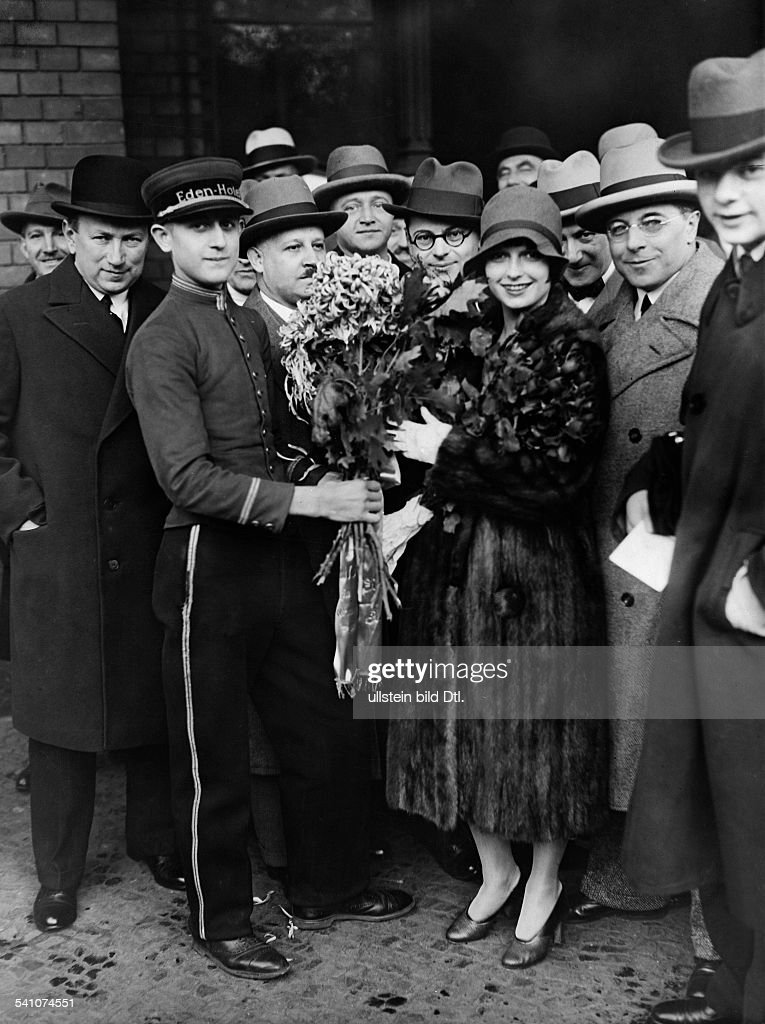 Brooks, Louise - Actress, Germany / USA - *14.11.1906-08.08.1985+ - receives a bouquet from a bellboy of the Hotel Eden in Berlin - published in 'Tempo', 15.10.1928 - 1928 Vintage property of ullstein bild : News Photo