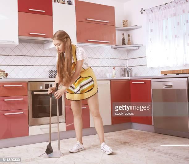 台所の床が咲いてください。 - 箒 ストックフォトと画像