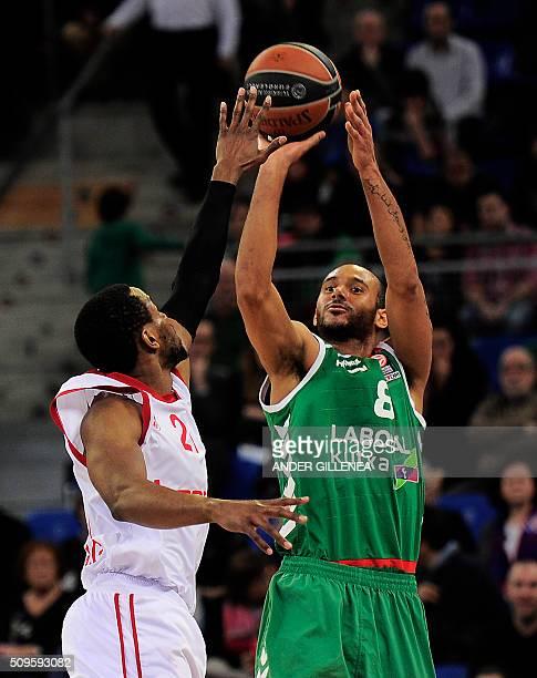 Brose Baskets Bambergs US forward Darius Miller vies with xLaboral Kutxa's Hungarian forward Adam Hanga during the Euro league group F Top 16 round 7...