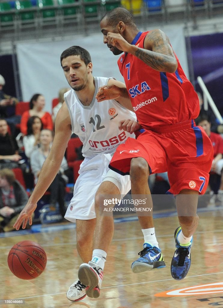 Brose Basket's Daniel Schnidt (L) vies with CSKA Moscow's Aaron Jackson in Moscow on January 10, 2013 during their Euroleague top 16 group E game.
