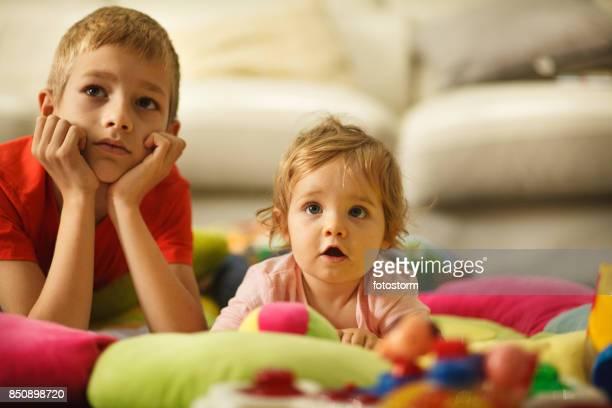 Hermano y hermana bebé