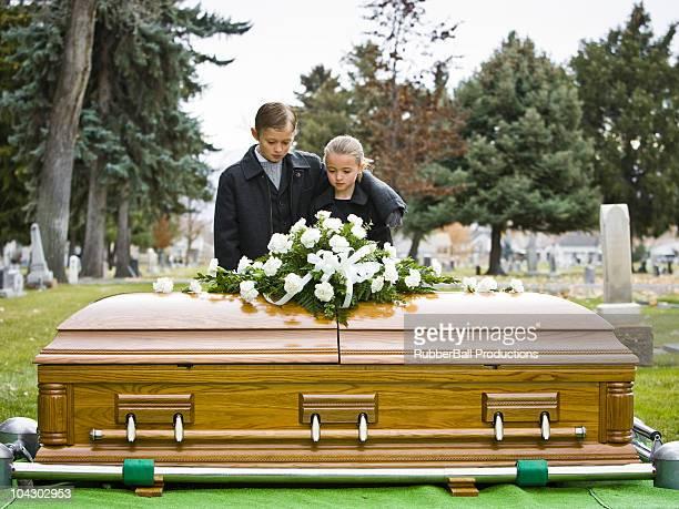 irmão e irmã em um funeral - caixão - fotografias e filmes do acervo