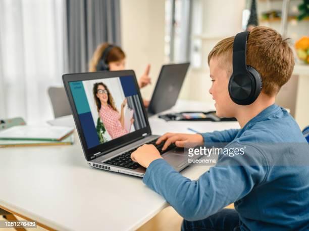 兄妹參加網上學校課。 - 跟拍鏡頭 個照片及圖片檔