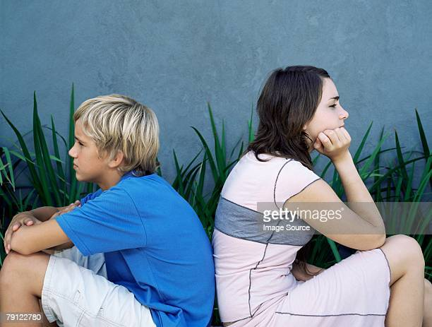 brother and sister back to back - zus stockfoto's en -beelden