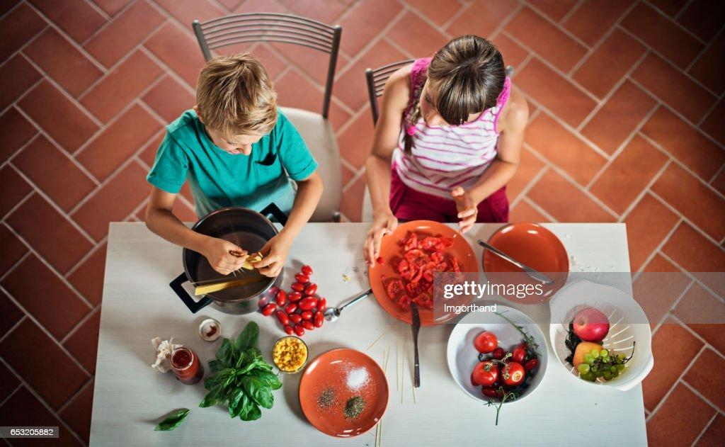Bruder und Schwester Kochen Spaghetti zum Abendessen. : Stock-Foto