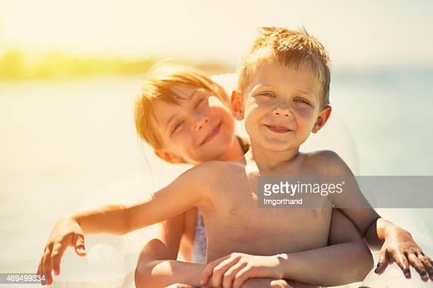 Bruder und Schwester, die Spaß auf einem Schlauchboot