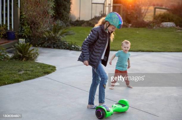 broer en zuster hoverboard - hoverboard stockfoto's en -beelden