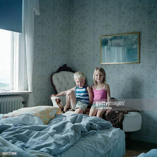 brother and sister in bedroom - 6 7 jaar stockfoto's en -beelden