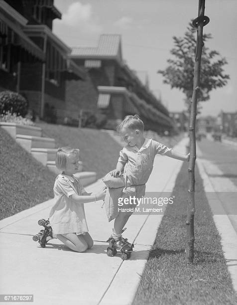 brother and sister in skate shoes - {{relatedsearchurl(carousel.phrase)}} ストックフォトと画像
