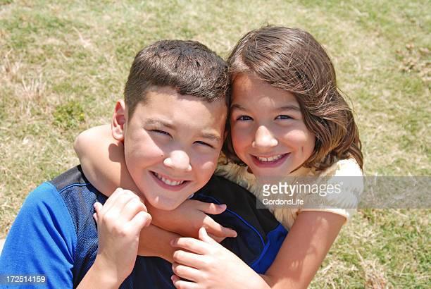 Irmão e irmã em relva