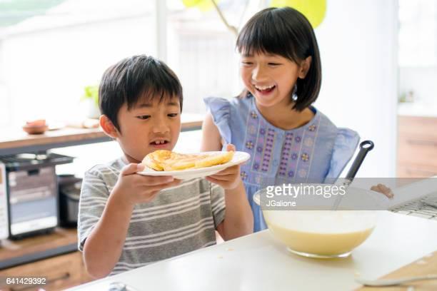 Bruder und Schwester in der Küche