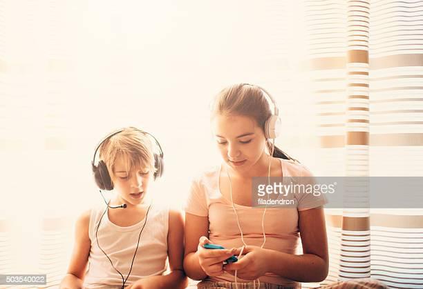 Bruder und Schwester Musik hören
