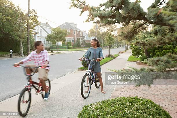 hermano y hermana en bicicletas - queens fotografías e imágenes de stock