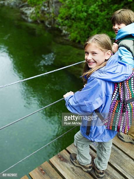 兄と妹のつり橋水上 - つり橋 ストックフォトと画像