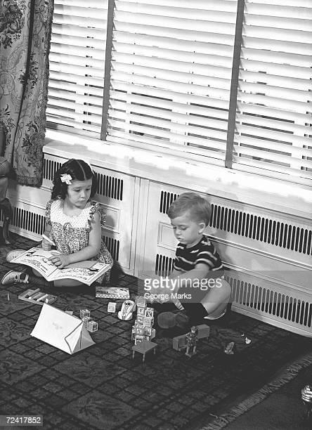 Bruder und Schwester Spielen auf der Etage