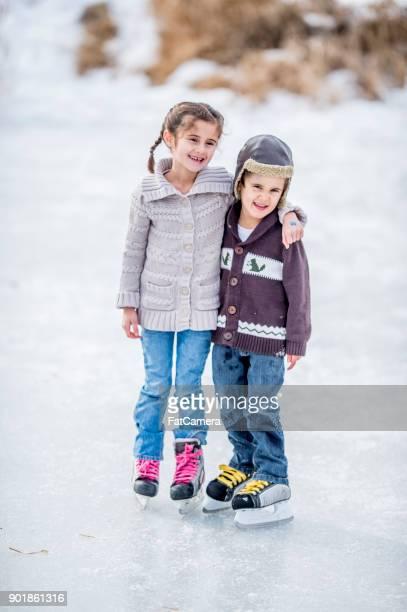 irmão e irmã de patinagem - roupa quente - fotografias e filmes do acervo