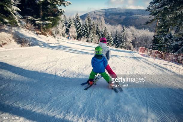 irmão e irmã esquiar num dia de inverno de bonito. - ski holiday - fotografias e filmes do acervo