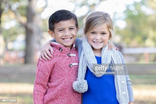 irmão e irmã sorriam para a câmera do lado de fora - somente crianças - fotografias e filmes do acervo