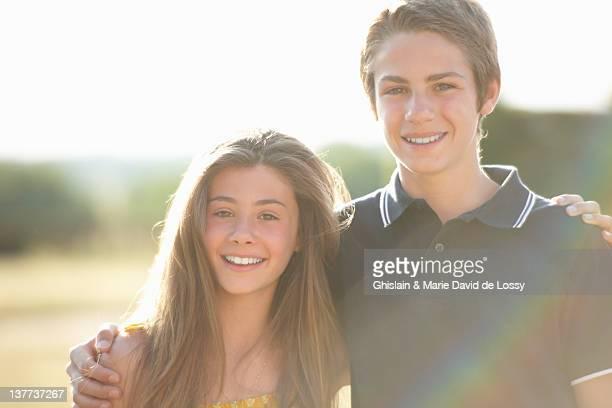 Irmão e irmã a sorrir juntos