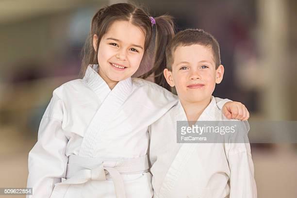 hermano y hermana tomar taekwondo - taekwondo fotografías e imágenes de stock