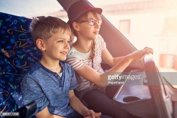 兄と妹のバスの旅