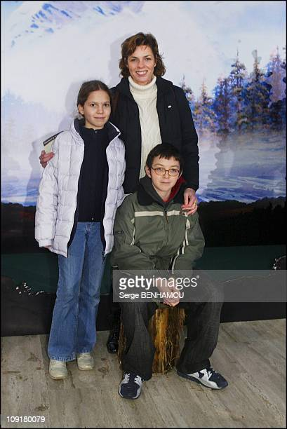 Brother Bear Premiere On January 17 2004 In Paris France Elizabeth Bourgine With Jules And Tina