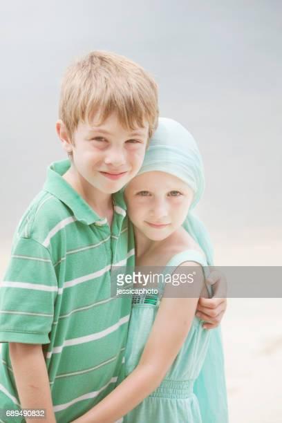 Abrazos de hermano con cáncer de