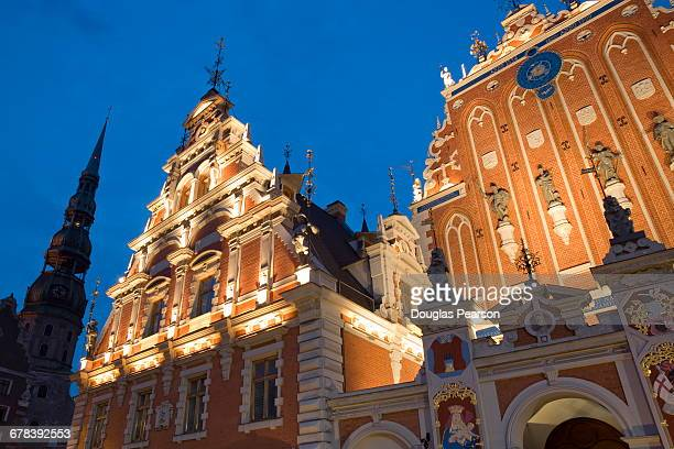 brotherhood of blackheads house illuminated at dusk, old town, unesco world heritage site, riga, latvia, europe - house of blackheads stock photos and pictures