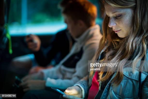 fratelli e sorelle insieme guardano il cellulare - adolescente foto e immagini stock