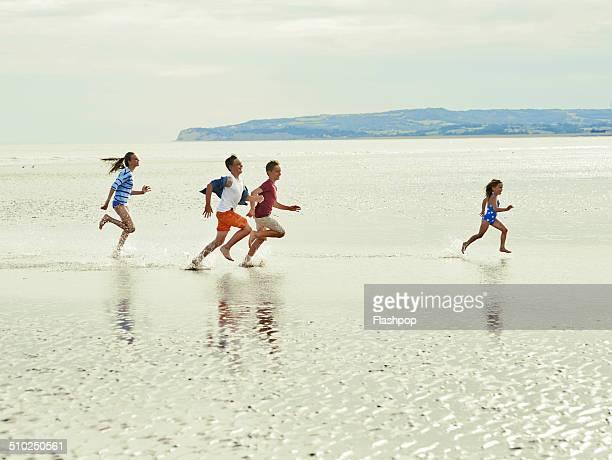 brothers and sisters having fun at the beach - somente crianças - fotografias e filmes do acervo