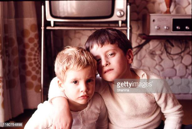 brothers at home in the seventies - ricordi foto e immagini stock