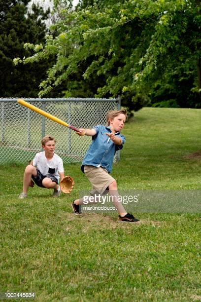 Brüder im Vorort Park Baseball zu spielen.