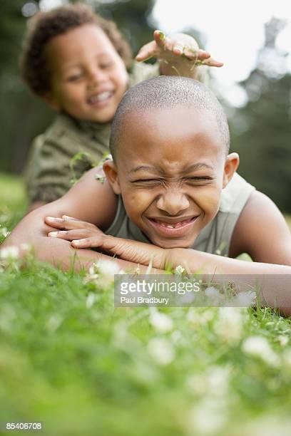 兄弟で遊ぶ芝生