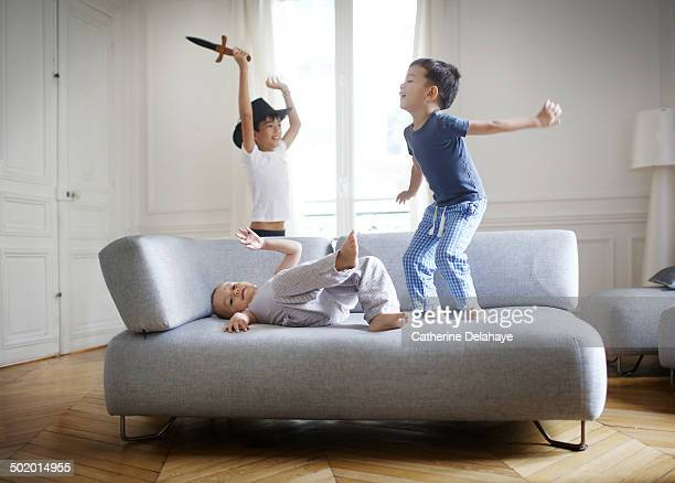 3 brothers playing in the living room - jour photos et images de collection