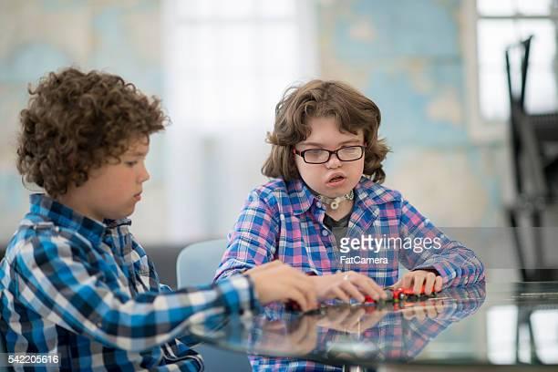 Brüder spielen zusammen zu Hause fühlen