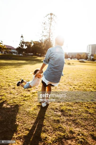 Brüder spielen zusammen im park