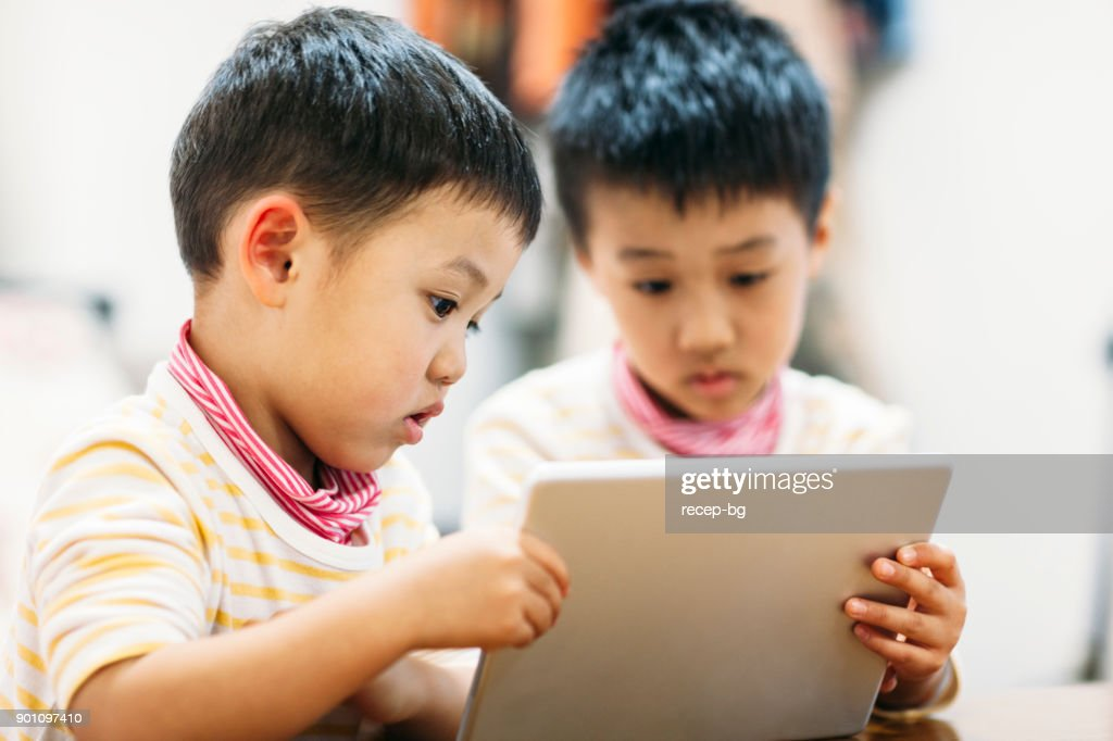 デジタル タブレットの読み取りの兄弟 : ストックフォト
