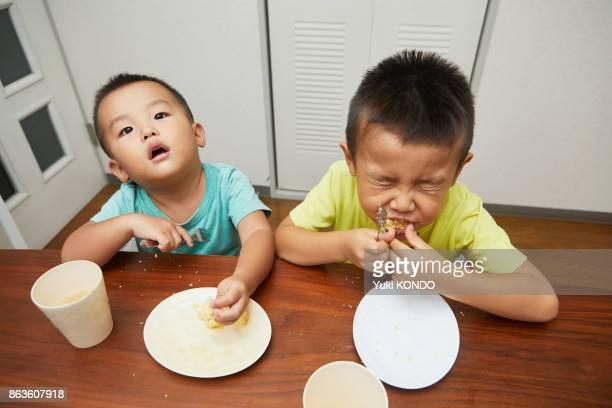 軽食を食べる人の兄弟