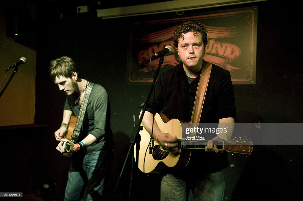 Jason Isbell  - Página 8 Browan-lollar-and-jason-isbell-perform-on-stage-at-rocksound-on-june-picture-id89438601