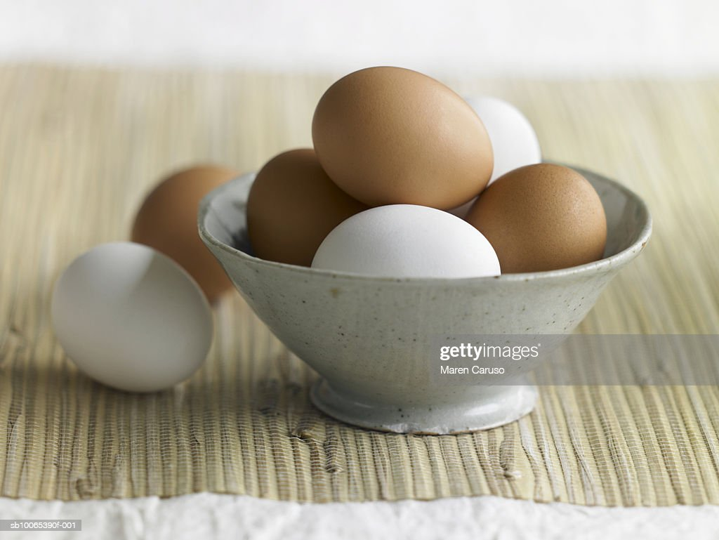 Brown and white eggs in bowl : Foto stock