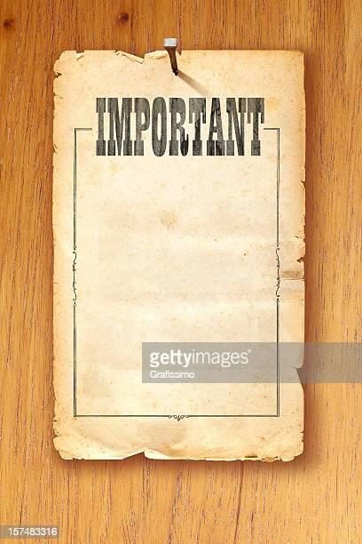 Papier kraft fixes avec manucure sur fond en bois de dire «importantes»
