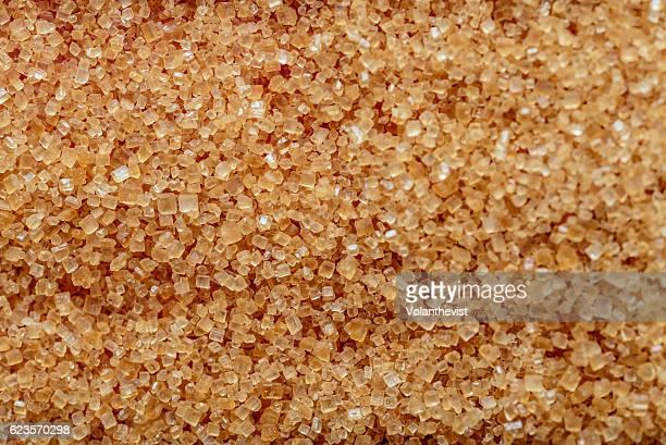brown sugar crystals, macro closeup - zucker stock-fotos und bilder