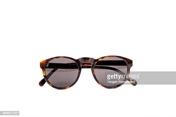 brown sunglasses isolated on white background - óculos escuros acessório ocular - fotografias e filmes do acervo