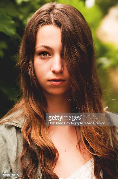 brown-eyed brunette teenage girl - alleen tienermeisjes stockfoto's en -beelden