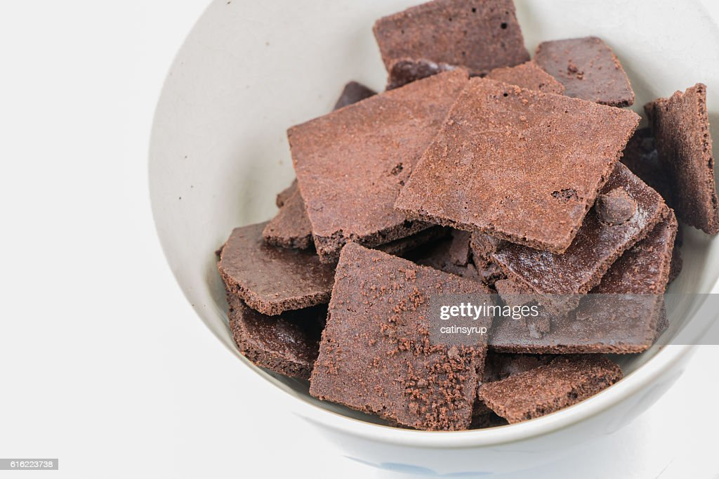 Brownie crackers on small white bowl with white background : Stockfoto