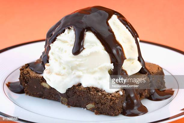 brownie with vanilla ice cream and hot fudge sauce - fudge stock pictures, royalty-free photos & images