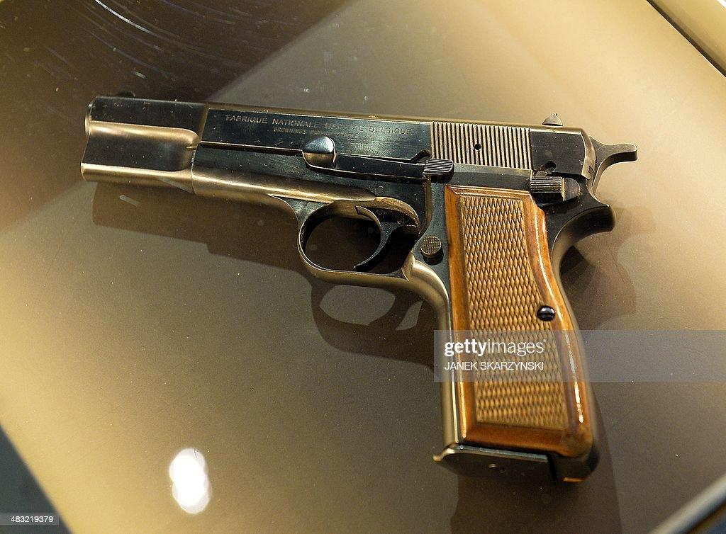 Pistolul de aur online dating