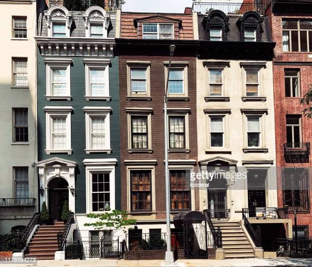 brownstone buildings in midtown manhattan - sandstein stock-fotos und bilder